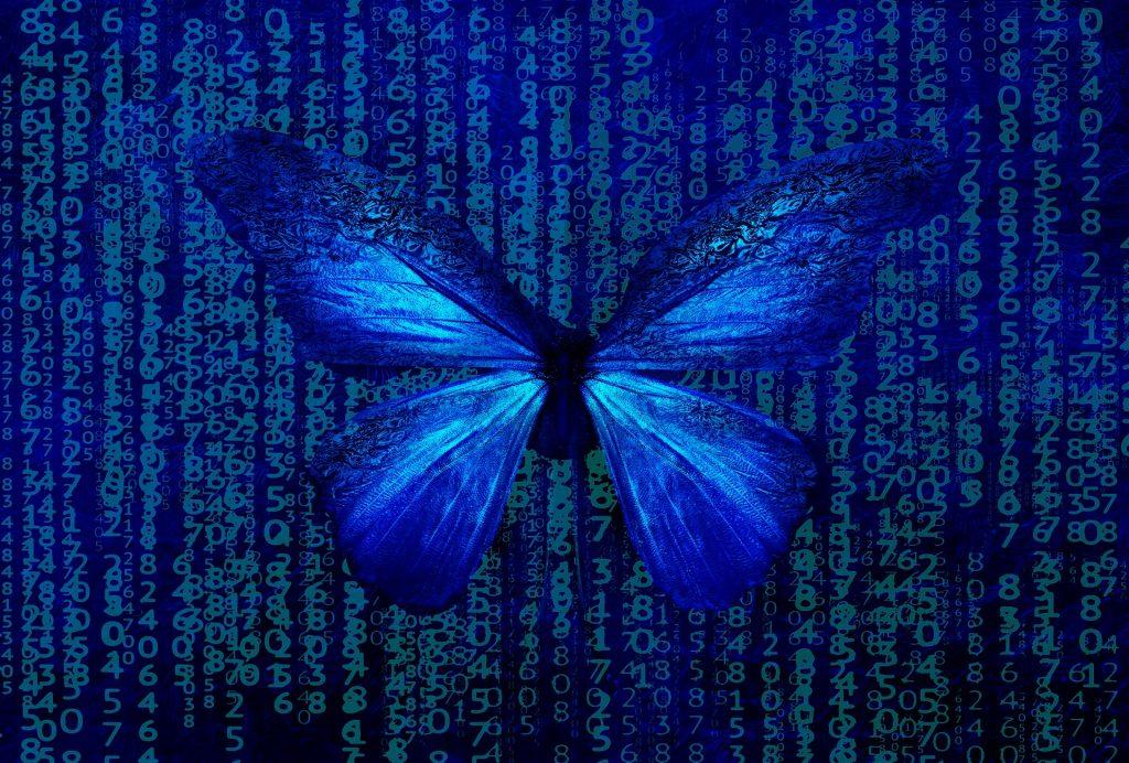 Mariposa azul sobre fondo tipo Matrix, tambien azul, de letras y dígitos cayendo a modo de lluvia de código fuente.
